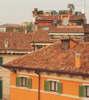 Uniwersal - widok na dachy starych kamienic, typowa zabudowa włoska - Verona