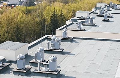 Uniwersal - mechaniczna wentylacja wywiewna przy pomocy wentylatorów Sztil-250 na podstawach tłumiących PTL. Kraków osiedle mieszakniowe Bocianie Gniazdo