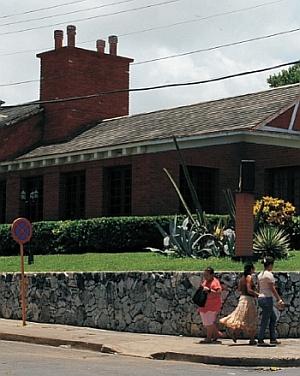 Uniwersal - przykład wywietrzników grawitacyjnych na budynku w Hawanie