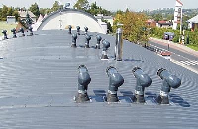 Uniwersal - wywietrzniki grawitacyjne DUO na sferycznym dachu szkoły w Bielsku-Białej